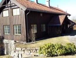 Farmen. Hus og ny leilighet i kjeller